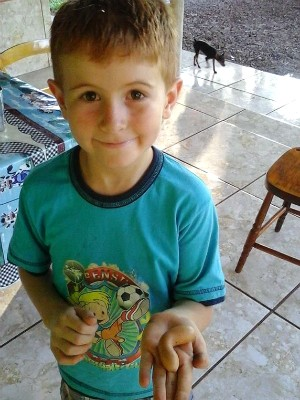 Gustavo encontrou o ovo diferente no sítio da tia, em Toledo (Foto: Katiane Weisheimer)