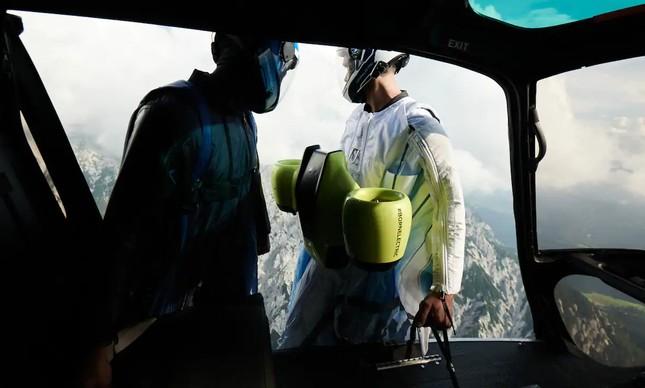 Wingsuit com turbinas elétricas