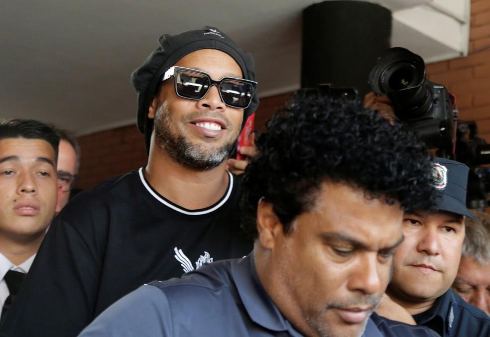 Ronaldinho e o irmão Assis deixam a Promotoria contra o Crime Organizado após prestarem depoimento nesta quinta — Foto: Jorge Adorno/Reuters