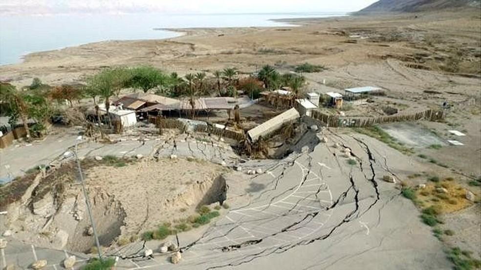 Alguns dos poços chegaram a danificar importantes estradas que circundam o Mar Morto  (Foto: BBC)