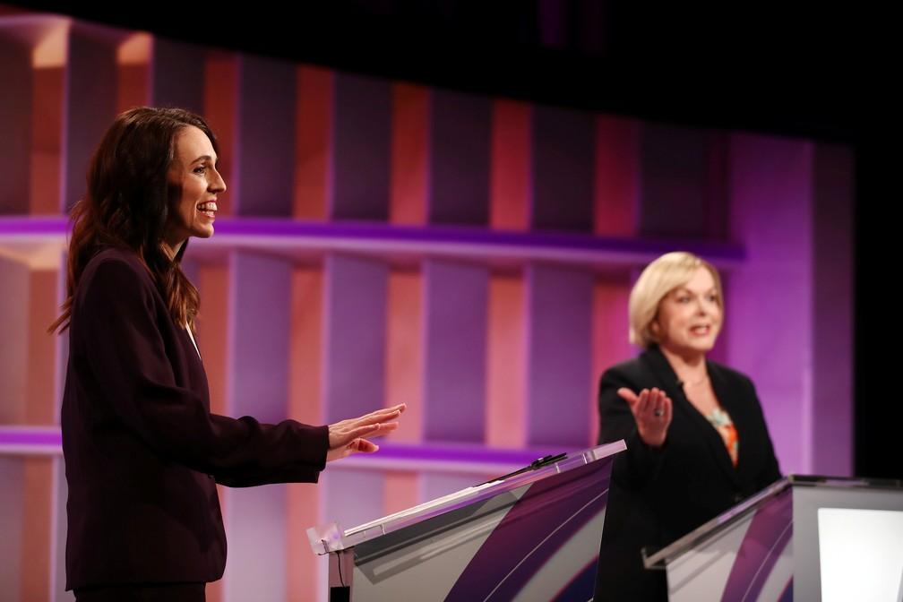A primeira-ministra da Nova Zelândia Jacinda Ardern é vista ao lado da líder do Partido Nacional Judith Collins durante o debate anterior, realizado na terça (22) em Auckland — Foto: Fiona Goodall/Pool via Reuters/Arquivo
