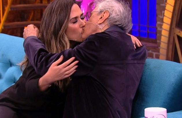 O beijo entre Tatá Werneck e Caetano Veloso foi destaque no 'Lady night' (Foto: TV Globo)