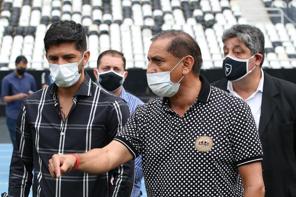 Emiliano Díaz e o pai, Ramón Díaz, conversam com o elenco no campo principal do Estádio Nilton Santos — Foto: Gabriel Baron/Botafogo