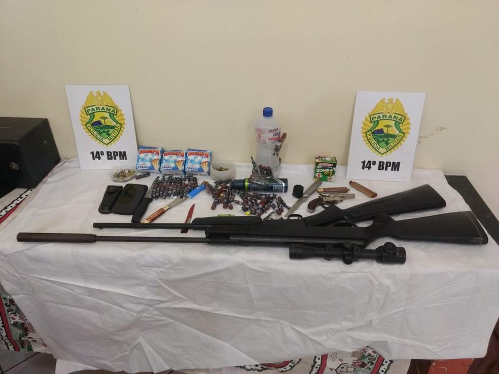 Na casa do adolescente, policiais apreenderam armas, munição e bombas caseiras — Foto: PM/Divulgação