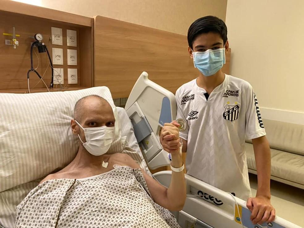 Bruno Covas (PSDB) e o filho Thomas, de 15 anos, no hospital Sírio Libanês nesta terça-fera (4).  — Foto: Acervo pessoal