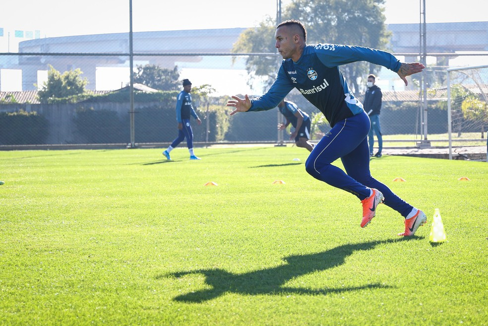 Everton treina no Grêmio enquanto negócio com Napoli esfriou — Foto: Lucas Uebel/Grêmio