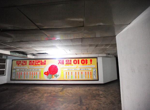 No quinto andar do hotel Yanggakdo o grupo encontrou pôsteres de propaganda contra os americanos e japoneses (Foto: Calvin Sun / Reprodução)