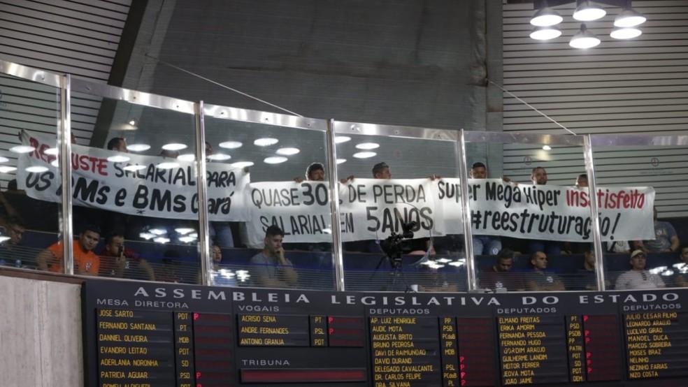 Policiais e bombeiros lotam Assembleia Legislativa do Ceará e protestam por melhores salários — Foto: Isanelle Nascimento/SVM