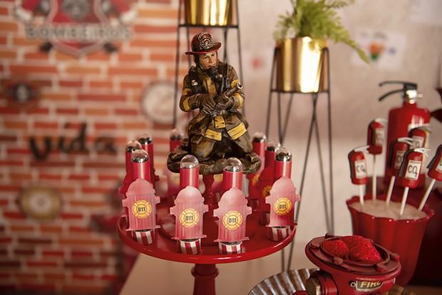 decoração — O herói da festa esteve presente nesta peça de resina, rodeada de hidrantes feitos com tubetes de plástico personalizados. (Foto: aline ferreira/gnt, elisa mendes/gnt)