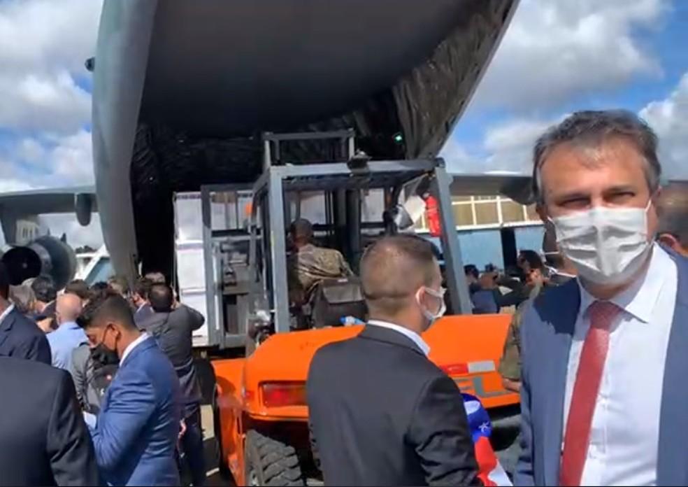 Governador Camilo Santana ao lado de avião da FAB que transporta carga de vacinas para o Ceará — Foto: Reprodução