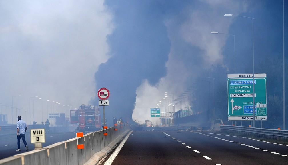 Bombeiros atuam em estrada de Bolonha em que ocorreu explosão nesta segunda-feira (6) (Foto: Stringer/Reuters)