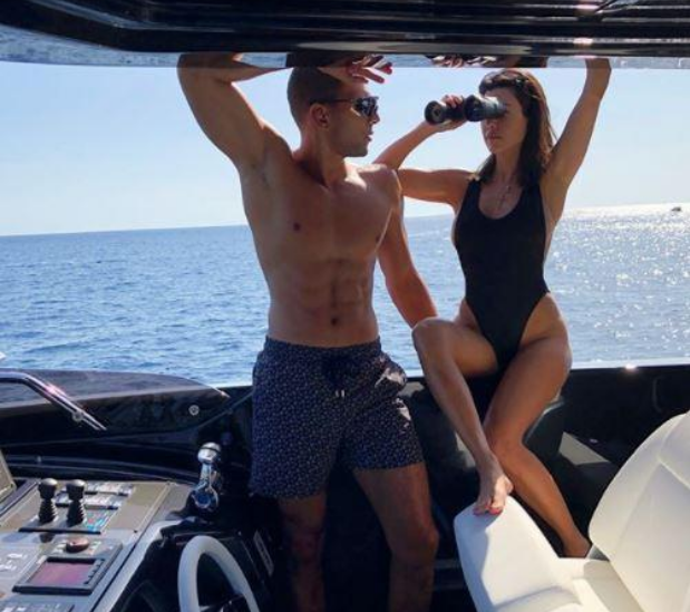 A socialite Kourtney Kardashian na companhia do namorado, o modelo Younes Bendjima, de férias na Itália (Foto: Instagram)