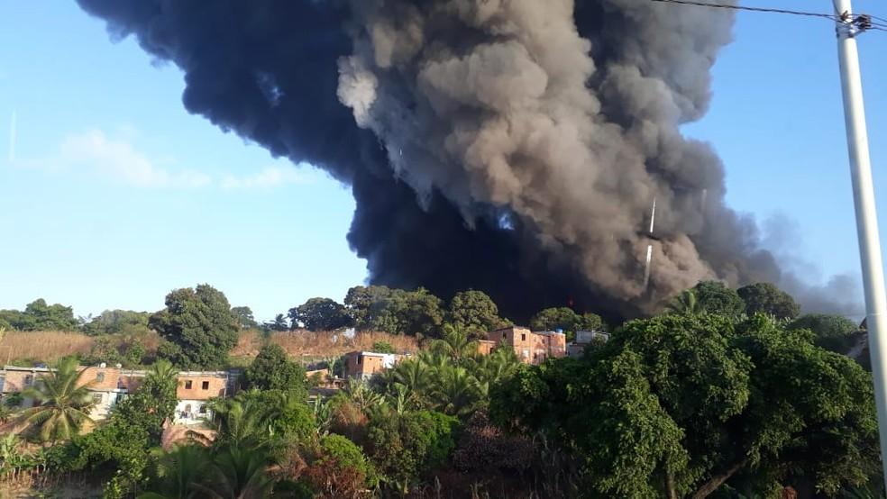 Fábrica de colchões pega fogo no bairro de Valéria, em Salvador — Foto: Carlos Uchôa/Arquivo Pessoal
