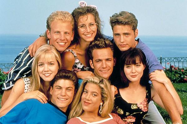 A atriz Tori Spelling co seus colegas de elenco em Barrados no Baile (Foto: Reprodução)