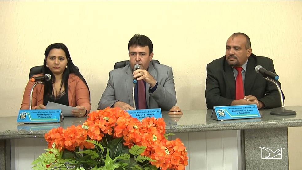 Sessão na Câmara de Vereadores em Bacabal foi encerrada após o vice-prefeito que seria empossado não comparecer. (Foto: Reprodução/TV Mirante)