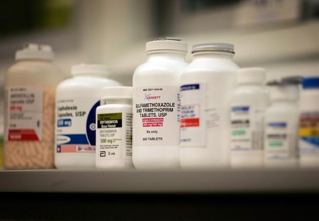 Frascos de antibióticos em prateleira de supermercado nos EUA ; remédio ; medicamentos ;  (Foto: Joe Raedle/Getty Images)