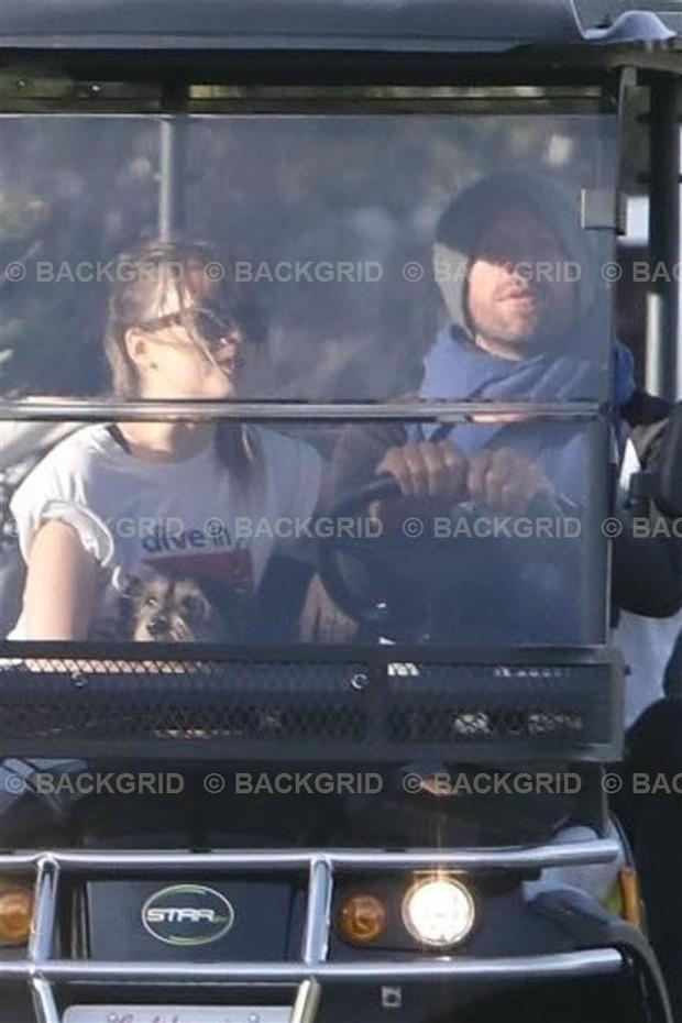 Dakota Johnson e Chris Masrtin (Foto: Backgrid)