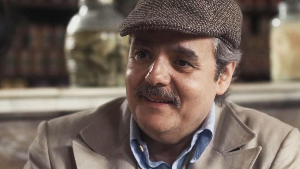 Afonso (Cássio Gabus Mendes) arma plano para se livrar de Shirley (Barbara Reis) em 'Éramos Seis' — Foto: Globo