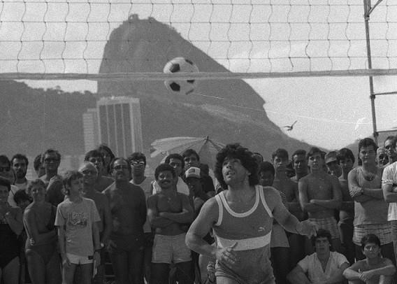 O craque argentino durante partida de futevôlei em Copacabana