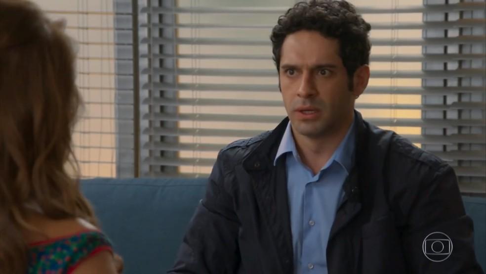 Beto (joão Baldasserini) fica ansioso com a decisão de Tancinha (Mariana Ximenes) - 'Haja Coração' — Foto: Globo