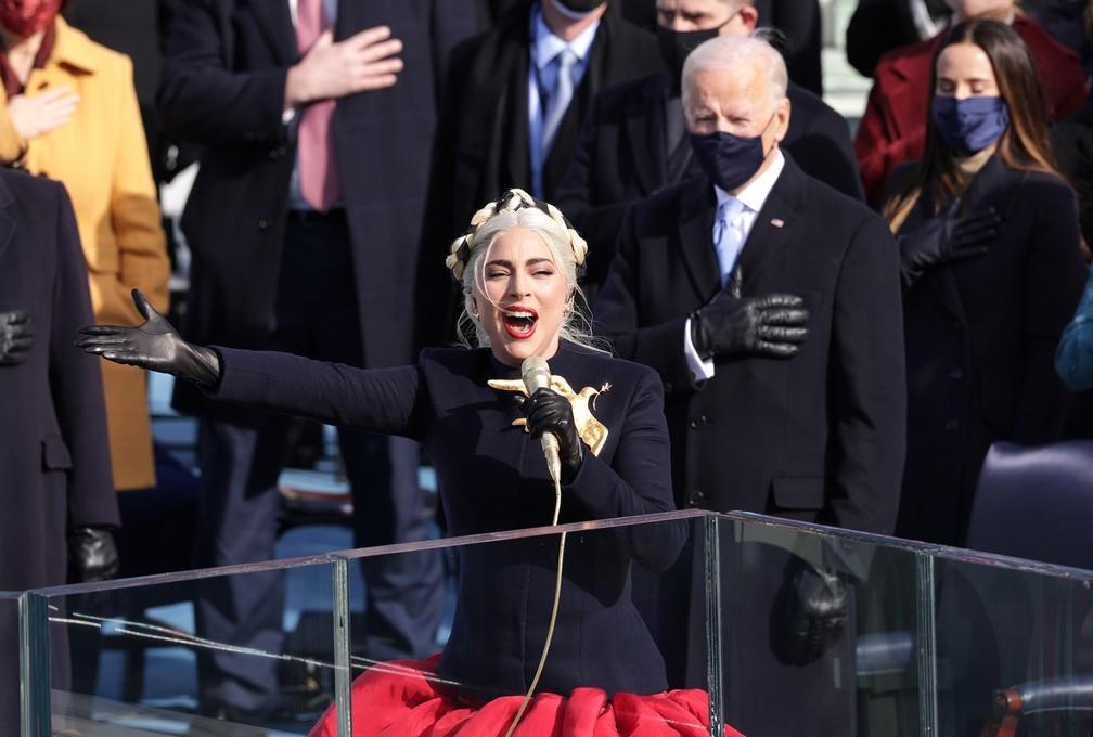 Lady Gaga canta o Hino Nacional dos EUA durante a posse de Joe Biden como 46º Presidente dos Estados Unidos na Frente Oeste do Capitólio dos EUA, em Washington, nesta quarta-feira (20) — Foto: Alex Wong/Getty Images North America/Getty Images via AFP
