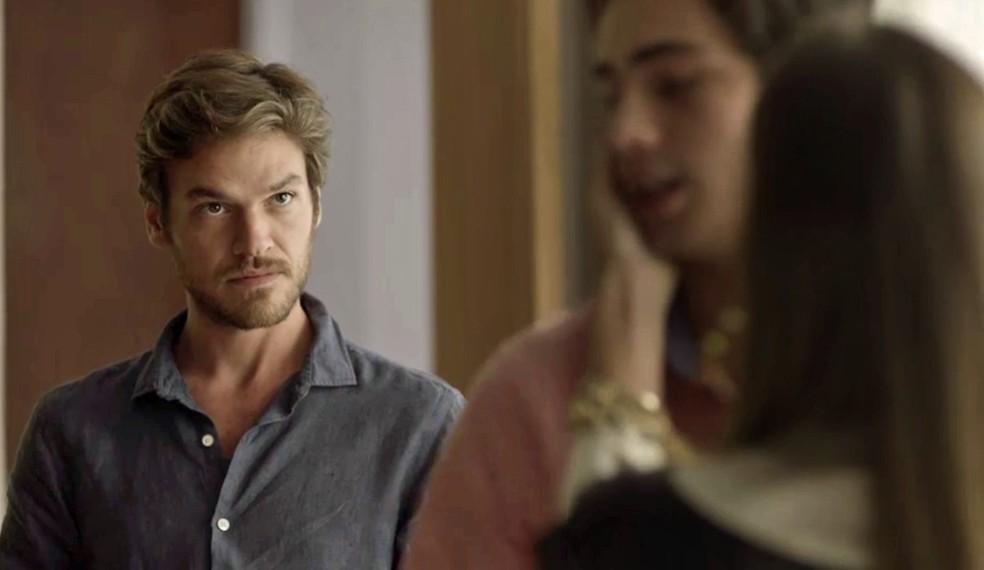 Beto fica na maior saia justa com as perguntas de Karola (Foto: TV Globo)