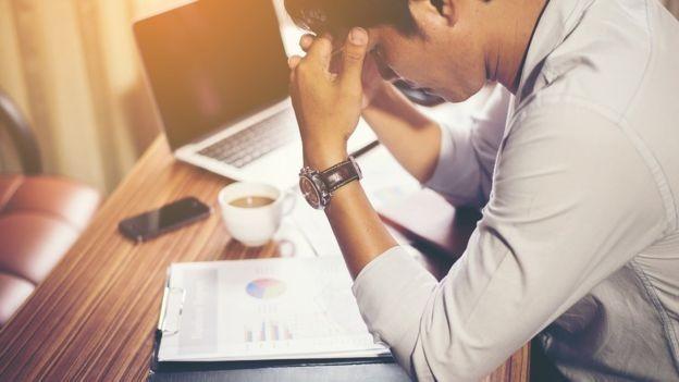 Segundo o Instituto Americano de Estresse, o estresse no local de trabalho custa à economia dos Estados Unidos cerca de US$ 300 bilhões por ano (Foto: BBC News Brasil)
