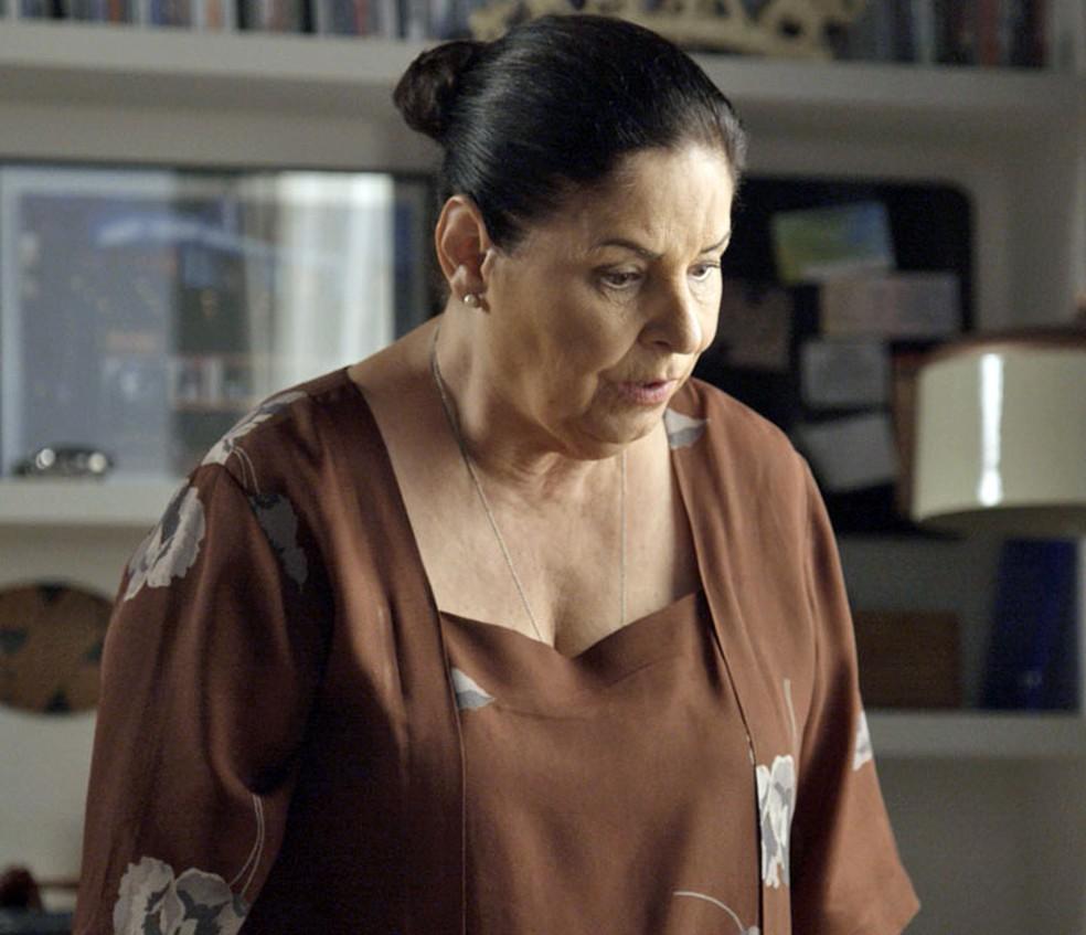 A governanta socorre a esposa de Ruy enquanto Ivana liga para o médico (Foto: TV Globo)