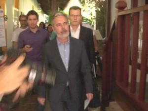 O ministro das Relações Exteriores, Antônio Patriota, faz comunicado em Paraty, no Rio, neste domingo (7) (Foto: Reprodução/G1)