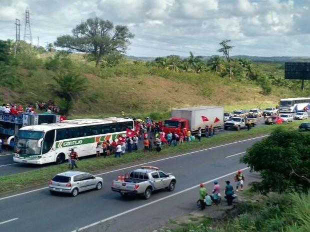 Manifestantes bloqueiam trecho da BR-324, sentido Salvador, em protesto a favor do governo (Foto: Divulgação / ViaBahia)