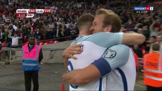 """Torcedor faz """"gol"""" com aviãozinho de papel, e ingleses vibram no Wembley; veja!"""