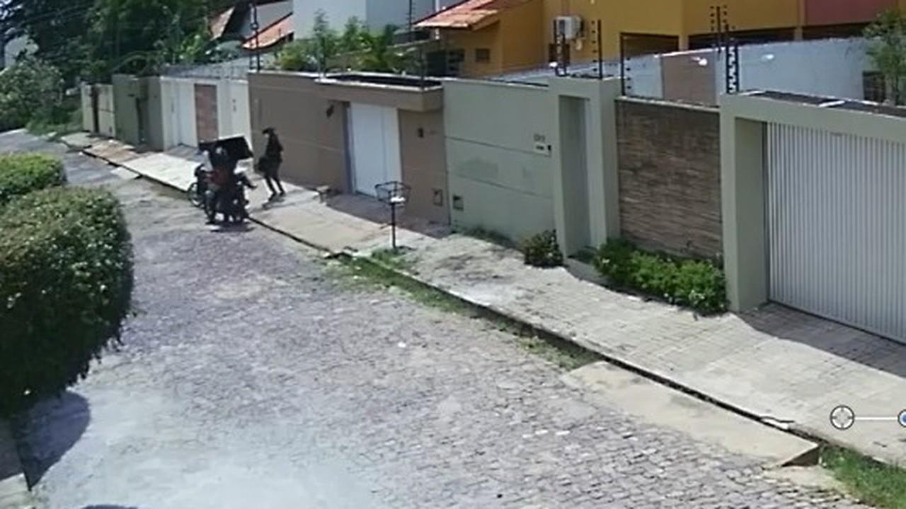 Vídeo mostra criminosos invadindo casa de jornalista e fazendo arrastão
