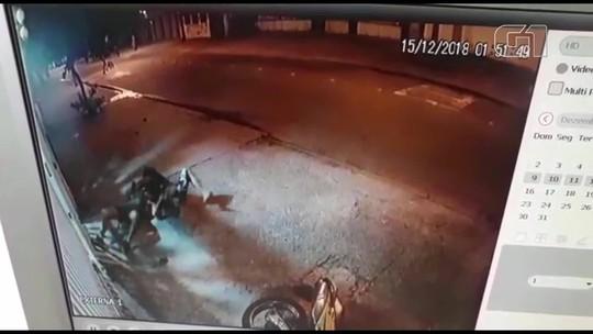 Imagens mostram policial atirando em homem após ser atingido por uma moto em Jacarepaguá