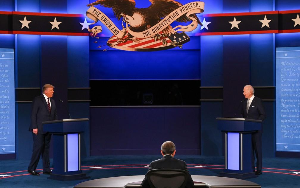 Observados pelo moderador Chris Wallace, Donald Trump e Joe Biden participam de debate presidencial em Cleveland, Ohio, na terça-feira (29) — Foto: Jim Watson/AFP