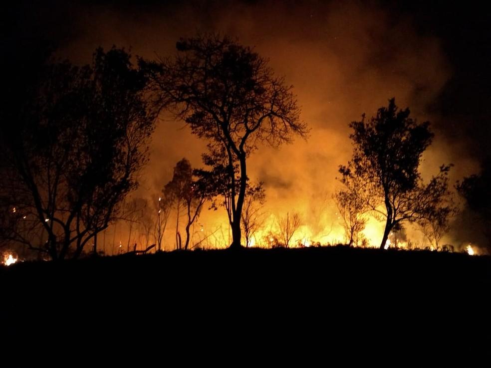Incêndio mobiliza bombeiros na Serra da Bocaina em SP. — Foto: Cleusa Colaço / Arquivo pessoal.