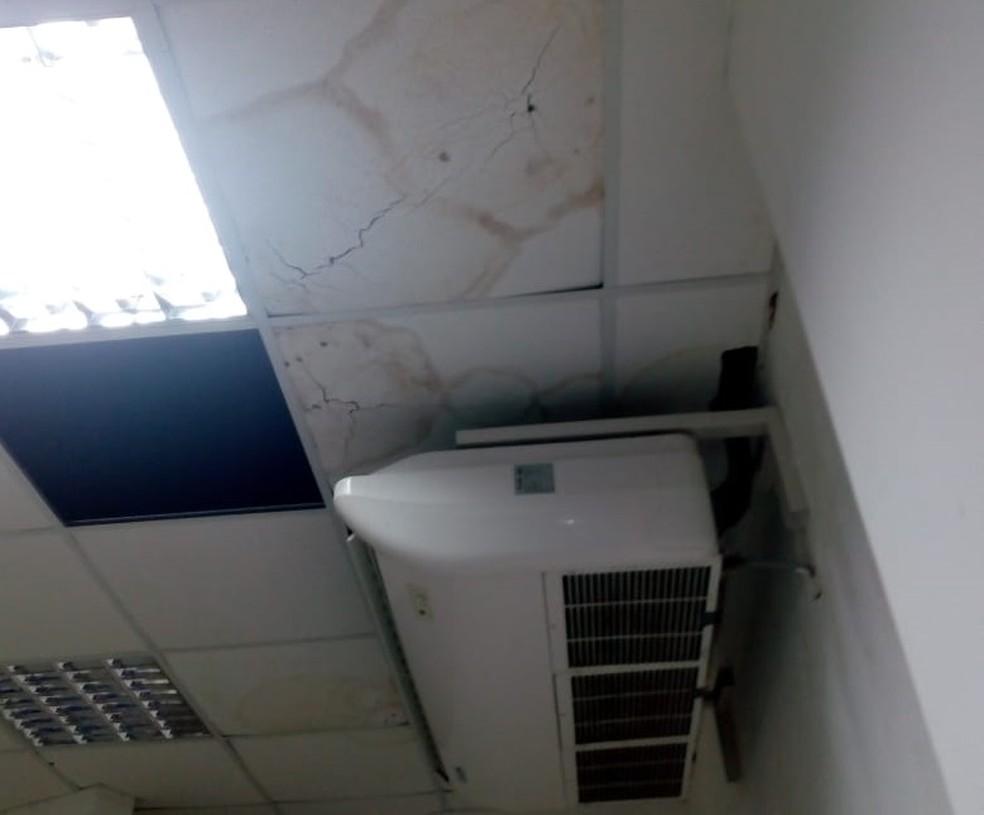 Estudantes denunciam infiltrações e problemas no teto de escola pública de Pernambuco (Foto: Reprodução/WhatsApp)