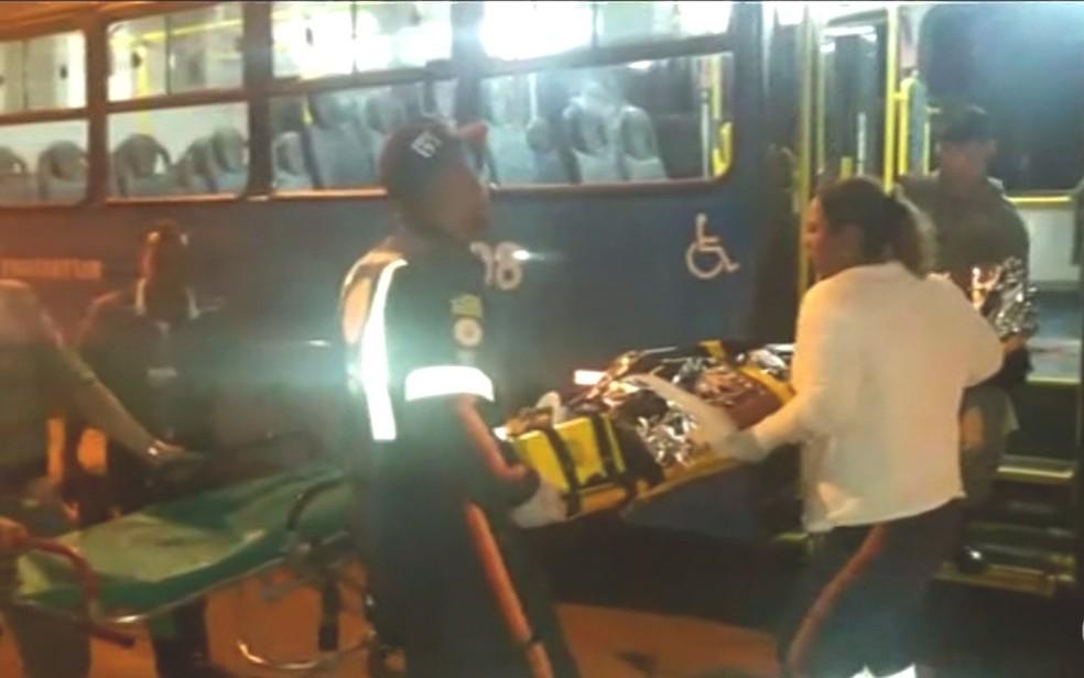 Passageiro é baleado dentro de ônibus em Novo Gama, Goiás; veja vídeo (Foto: Reprodução/TV Anhanguera)
