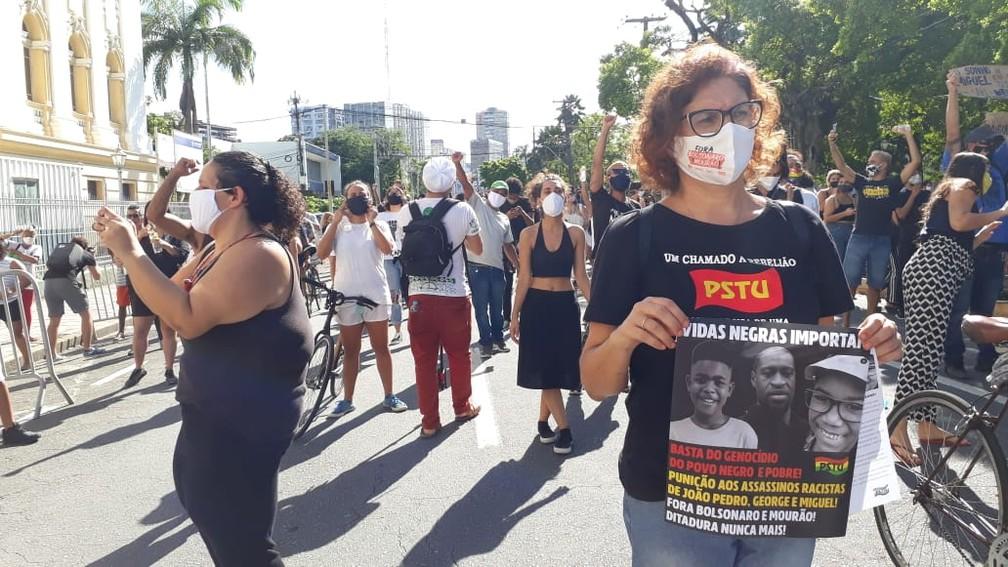 """Manifestantes mostraram cartazes com a frase """"Vidas negras importam"""", que vem sendo  usada em protestos em várias pares do mundo — Foto: Antonio Coelho/TV Globo"""