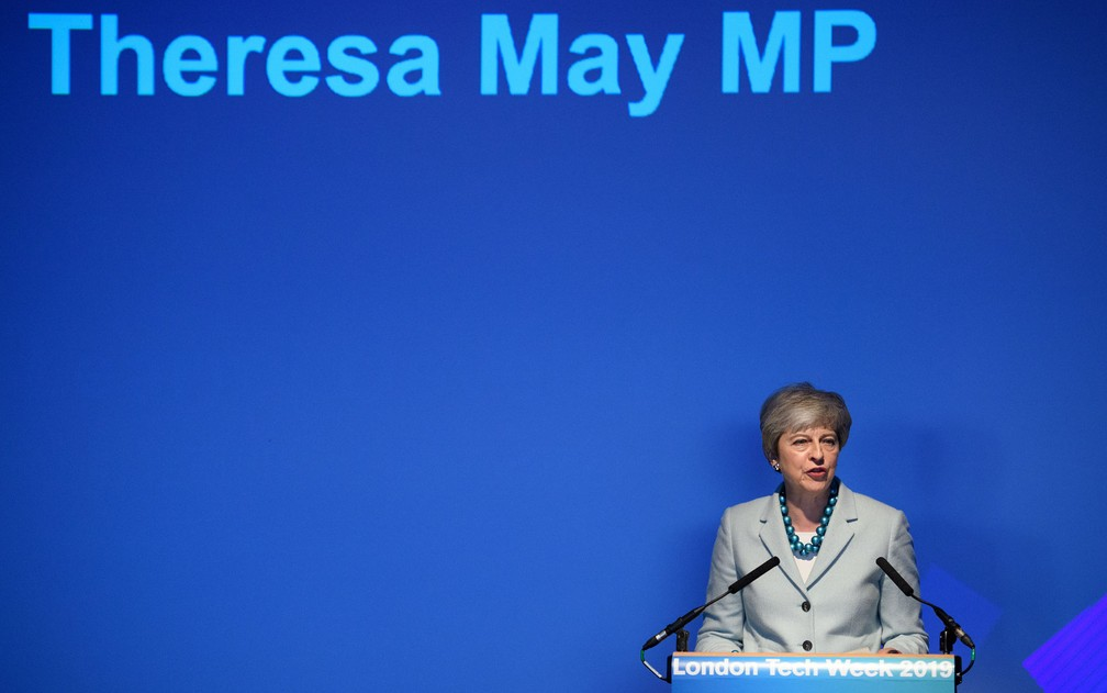A primeira-ministra britânica, Theresa May, discursa na abertura da London Tech Week, na segunda-feira (10) — Foto: Leon Neal/Pool via Reuters