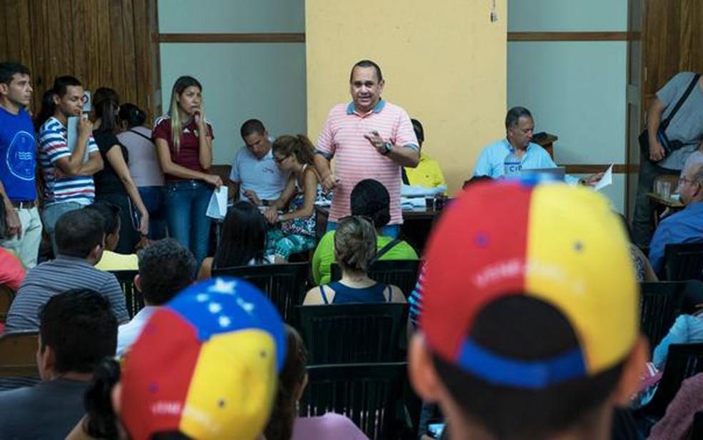 Oscar Pérez (centro) é líder da diáspora venezuelana no Peru (Foto: DW/E. Vannes)