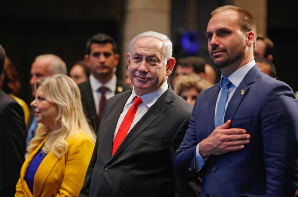 O primeiro-ministro de Israel, Benjamin Netanyahu, e o deputado federal Eduardo Bolsonaro durante cerimônia de abertura de escritório da Apex, em Jerusalém — Foto: Gil Cohen-Magen/AFP
