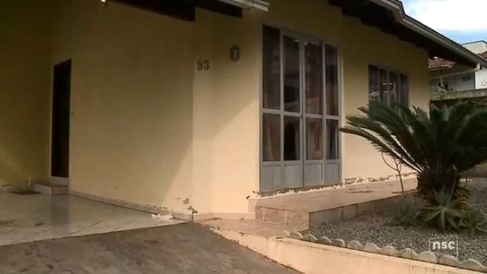 Polícia encontrou corpo da vítima dentro de carro estacionado na garagem da casa em Jaraguá do Sul (Foto: Reprodução/ NSC TV)