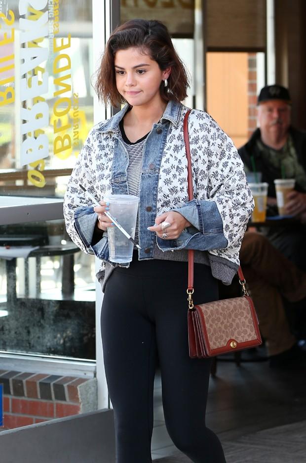 Selena Gomez usou kimono sobreposto com a jaqueta (Foto: Grosby Group)