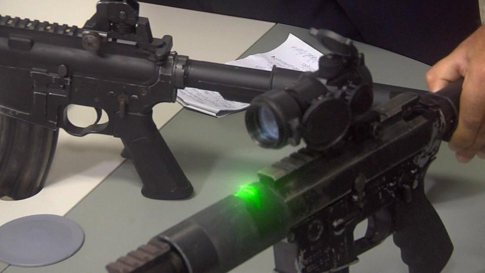 Armas são equipadas com mira de laser e lentes de precisão (Foto: TV Verdes Mares/Reprodução)