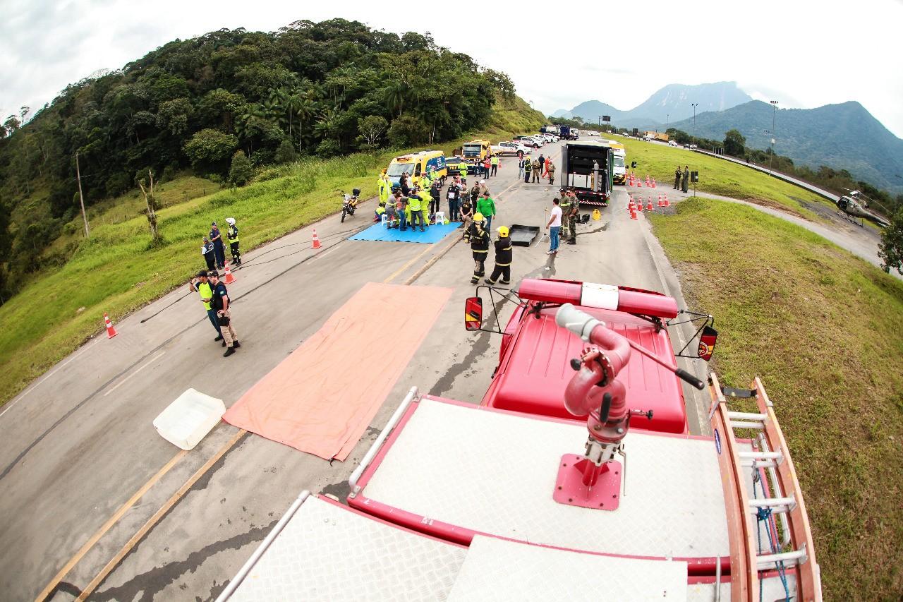 Agentes realizam simulado de acidente de trânsito com produto perigoso na BR-101 no Norte de SC - Notícias - Plantão Diário