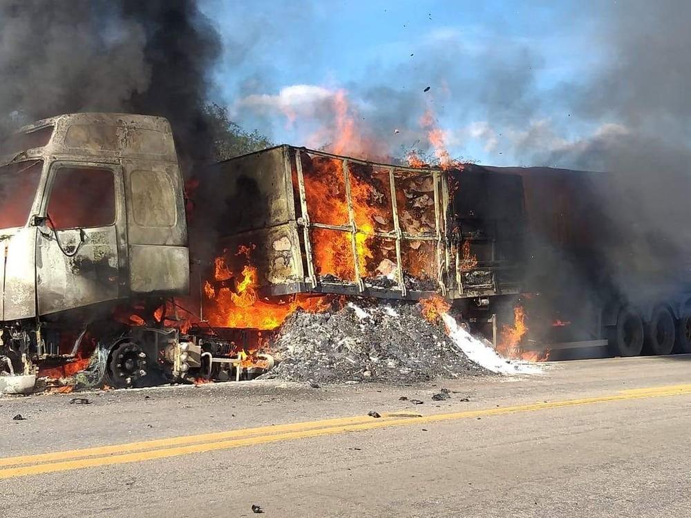 Carreta pega fogo na BR-116, no Ceará