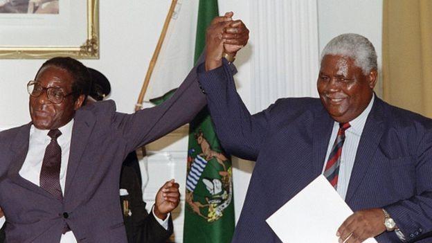 Reputação temível de Mnangagwa tem origem na guerra civil da década de 1980 entre o partido Zanu, de Mugabe (à esq.), e o partido Zapu, de Joshua Nkomo (à dir.) (Foto: Getty Images via BBC)