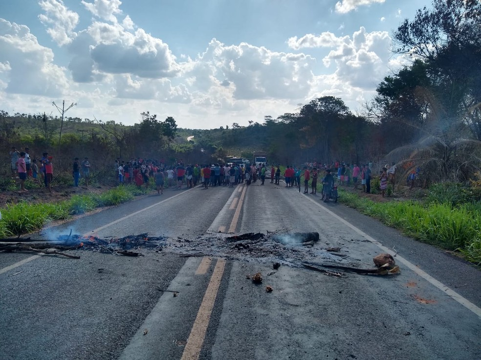 Após atentado, índios bloqueiam a BR-226 no Maranhão.  — Foto: Divulgação/Redes Sociais