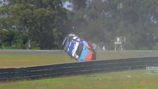 Na Copa Porsche, carro capota 10 vezes em acidente assustador