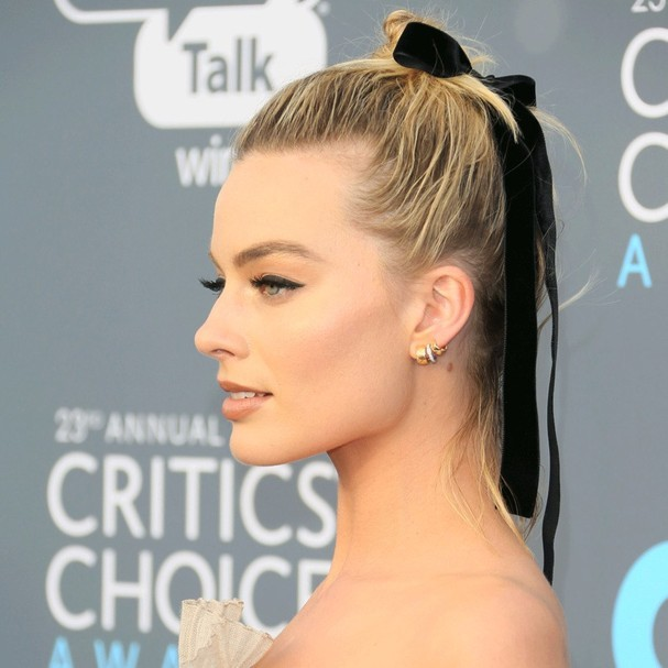 Margot Robbie com rabo de cavalo e laço (Foto: Getty Images)